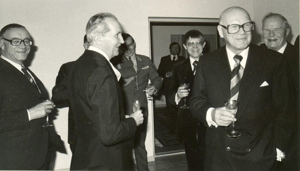 UKK Hovilassa 12.11.1976 Veikko Ihamuotila,x, Lasse Wächter,x, UKK ja Kustaa Vilkuna